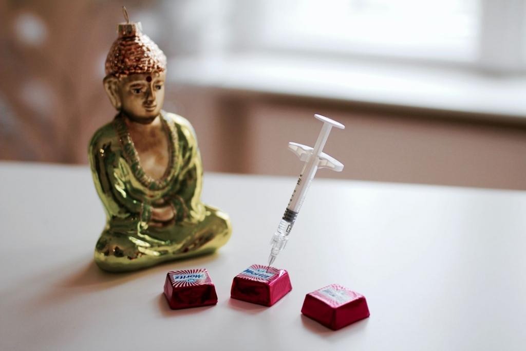 Eine Buddhafigur sitzt vor drei Pralinen. In einer der Pralinen steckt eine Spritze. Das Bild symbolisiert das Konzept des Gewichtsmanagement.