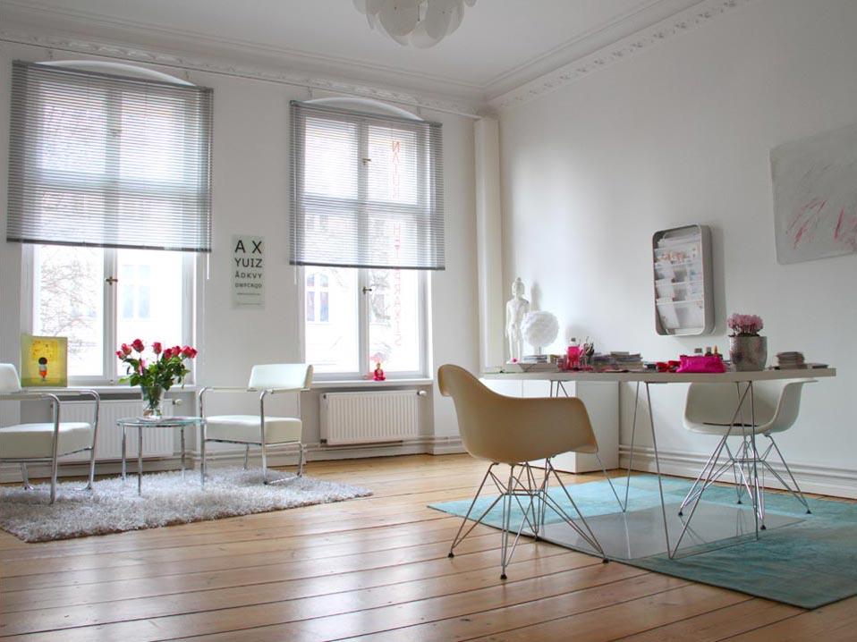 Das Bild zeigt einen Praxisraum der Gemeinschaftspraxis Gerber für Hormontherapie, ganzheitliche Medizin und Ästhetik. Es ist ein heller Raum mit Holzdielen und modernem Interieur.